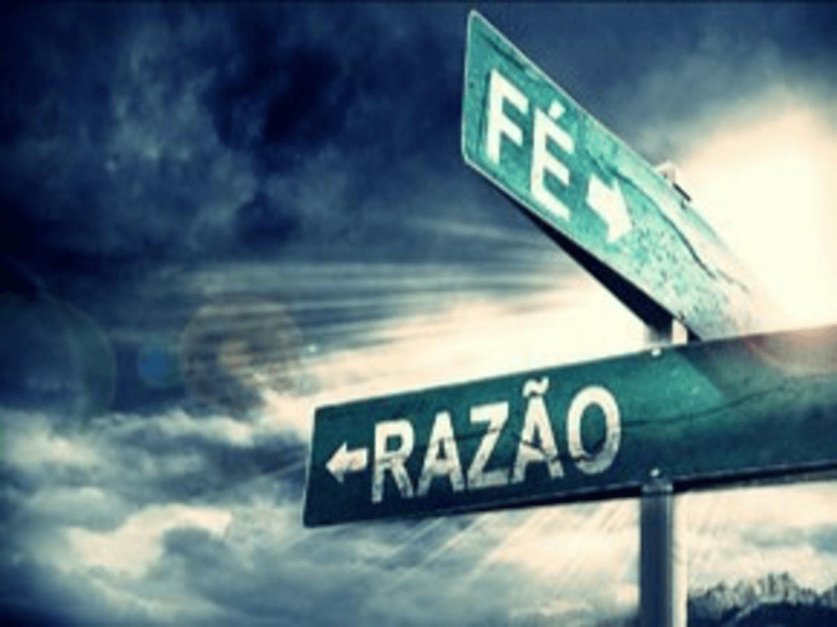 """Duas placas de sinalização apontando para dois caminhos diferentes. Em uma placa está escrito """"Fé"""" e na outra """"Razão""""."""